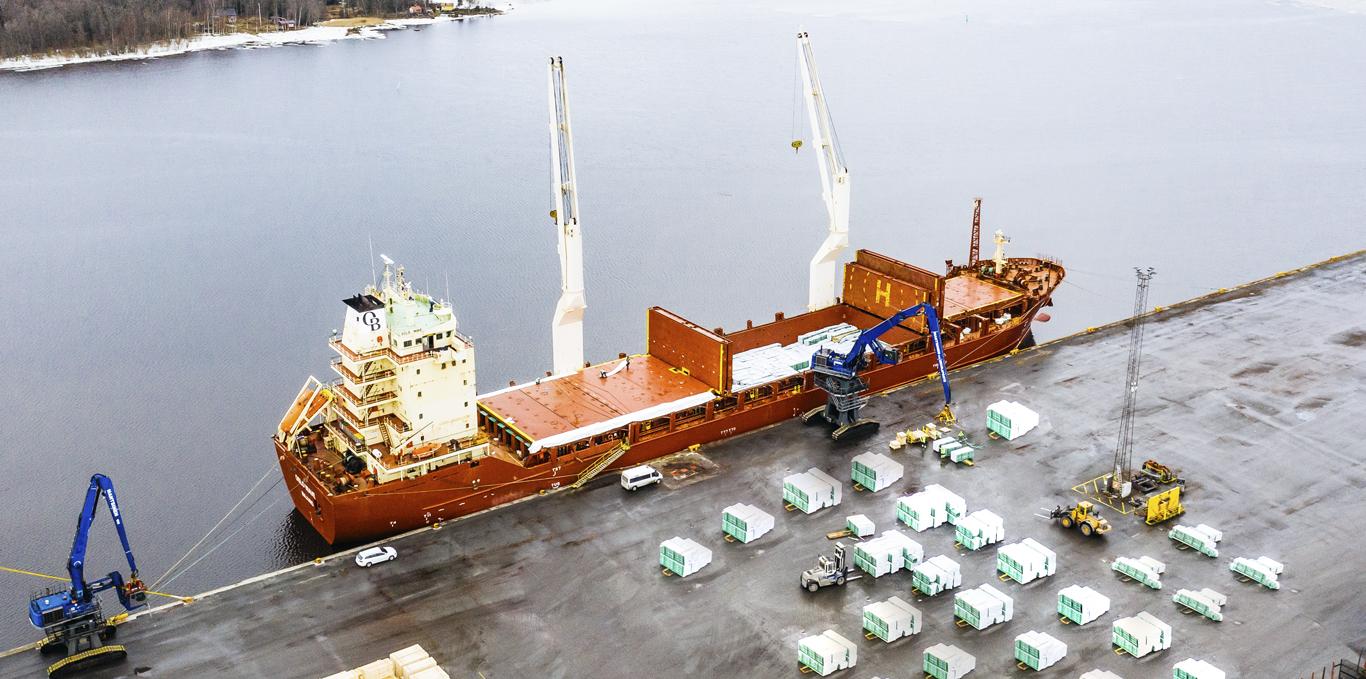 Rahtilaivan lastaus puutavaralla